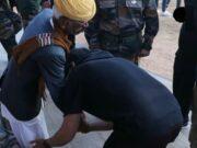 अक्षय कुमार ने भारत-पाकिस्तान के युद्द के रियल हीरों भैरु सिंह के पैर छूने से अपने आप को रोक नहीं पाए